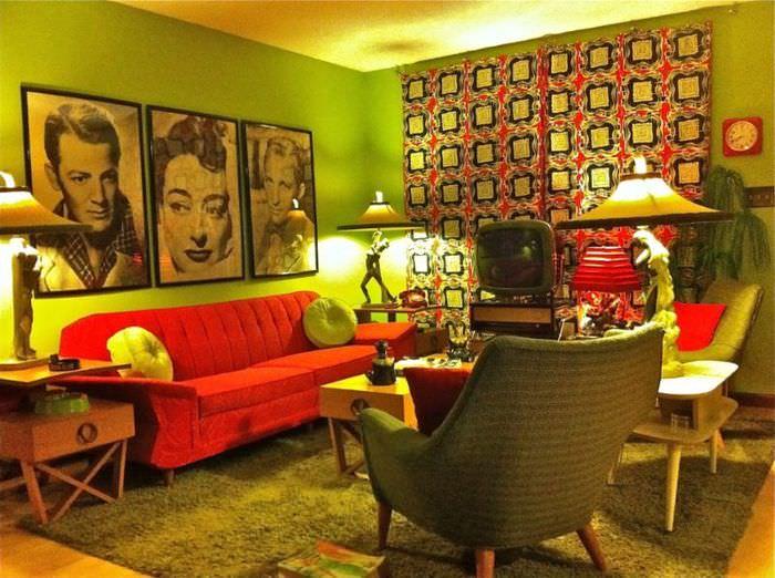 Красный диван и портреты в гостиной стиля китч люмпенов