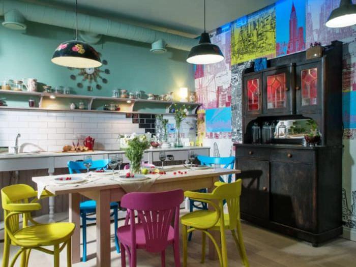 Разноцветные стулья на кухне в стиле китч