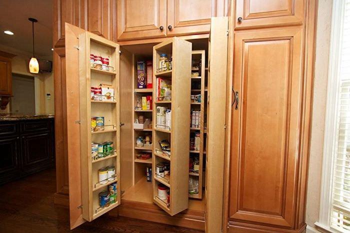 Хранение продуктов питания в кухонном шкафу