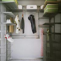 Металлические стеллажи в кладовке панельного дома