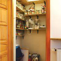 Полки из ОСП в кладовке маленькой квартиры