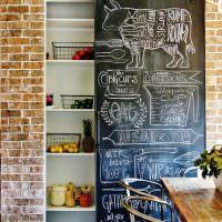 Дверь с грифельной доской в небольшую кладовку