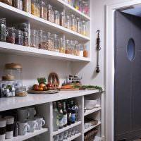 Открытые полки из досок в кухонной кладовке