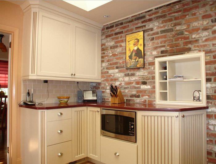 Угловая кухня с кирпичной стеной
