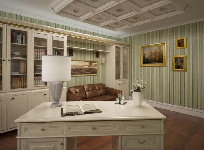 Письменный стол из дерева в домашнем кабинете