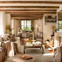 Светлая гостиная с деревянными балками на потолке