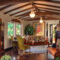 Деревянные балки на потолке летнего домика