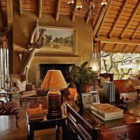 Деревянный письменный стол в гостиной частного дома