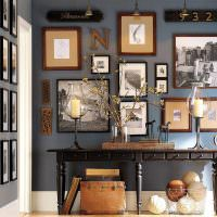 Ретро фотографии на стене гостиной