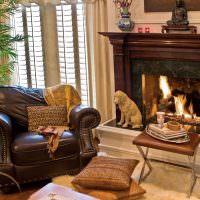 Коричневое кресло с кожаной обивкой