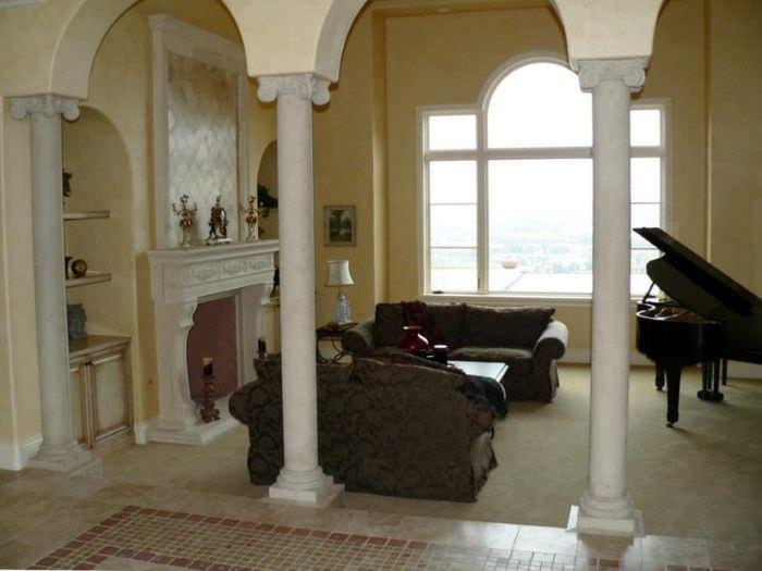 Гостиная с колоннами в классическом стиле