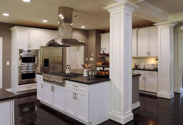 Декоративные колонны в кухне с островом