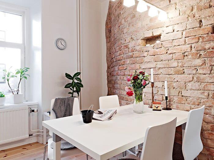 Выделение обеденной зоны с помощью кирпичной стены