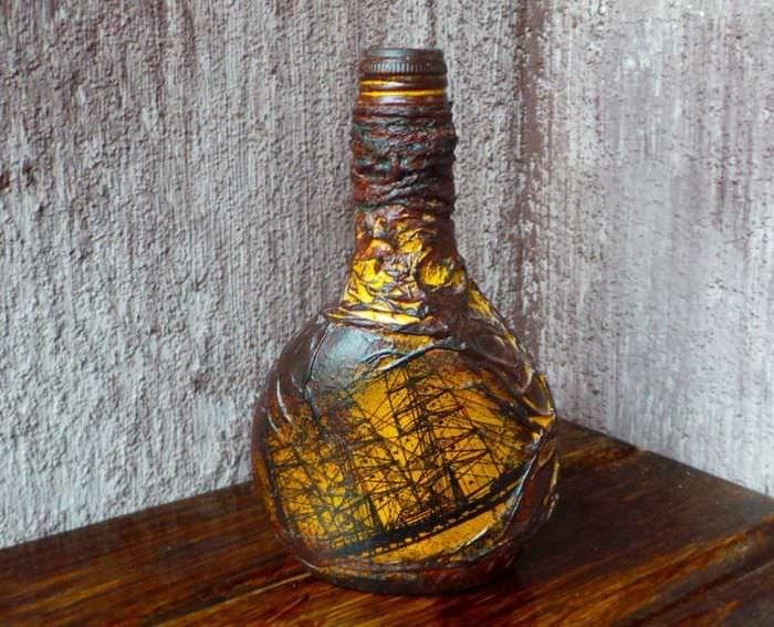 Парусник на красиво оформленной подарочной бутылке