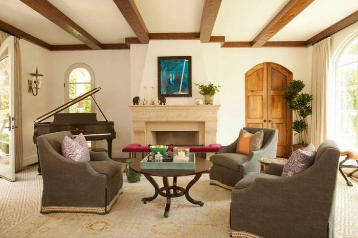 Деревянные балки в интерьере гостиной
