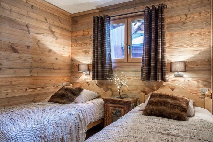 Интерьер детской комнаты с коричневыми занавесками для двоих детей
