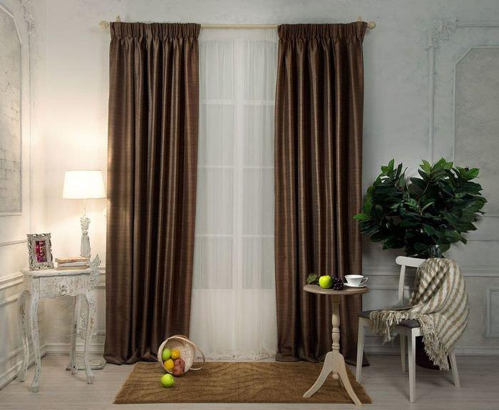 Прямые коричневые шторы на окне гостиной