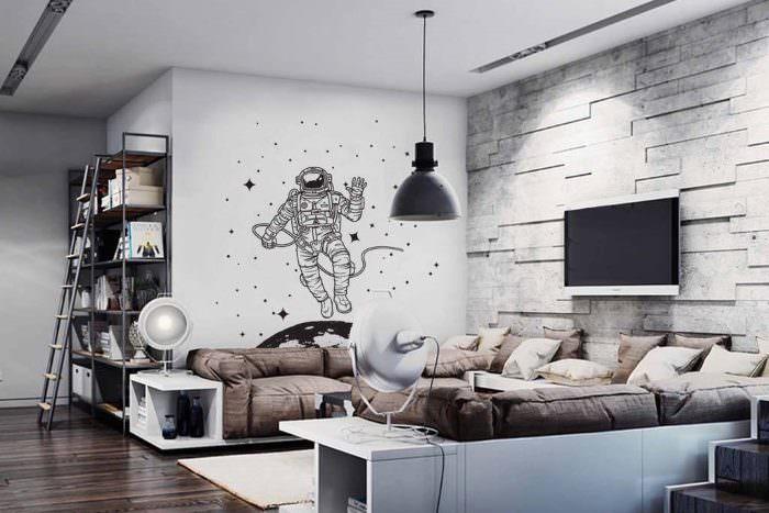Нарисованный космонавт на стене гостиной комнаты