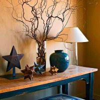 Стильный декор на столике в гостиной