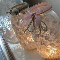 Подсвечники из стеклянных банок и кружевной ткани