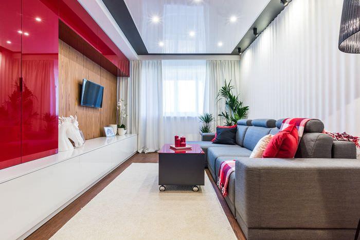 Красно-белая стенка в узкой гостиной