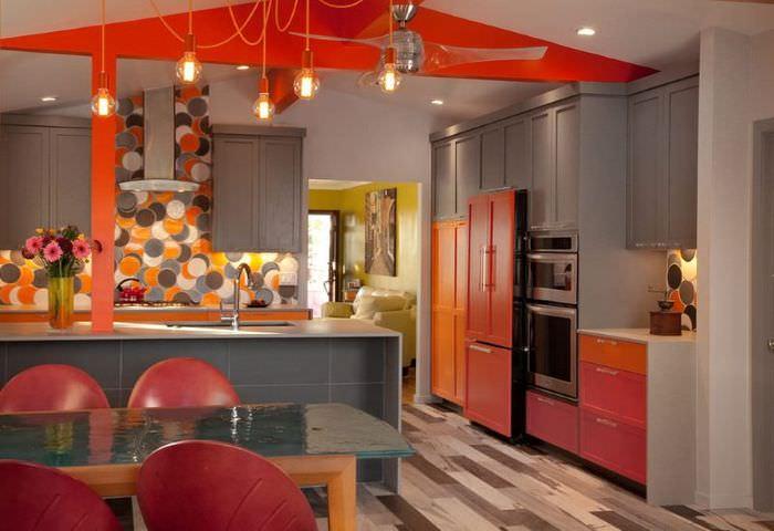 Сочетание красного цвета с серым в интерьере кухни