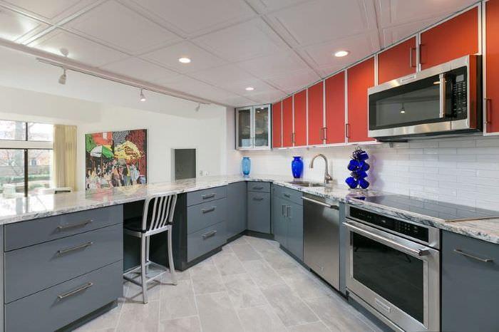 Подвесные кухонные шкафчики с красными фасадами