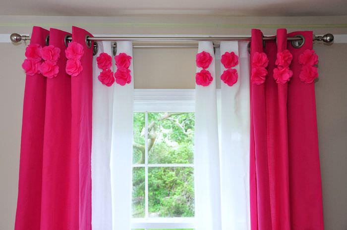 Красные цветки на белом тюле в зале частного дома
