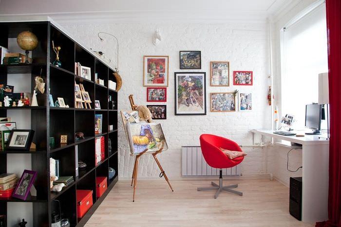 Красный офисный стул в домашнем кабинете
