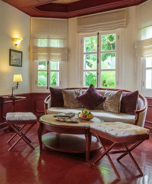 Римские шторы на окнах гостиной в частном доме