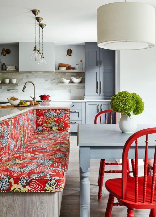 Яркая мебель в интерьере серой кухни