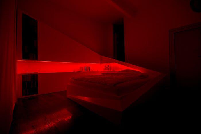 Красный свет в спальной комнате