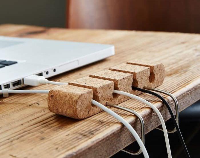Приспособление для компьютерных проводов на письменном столе