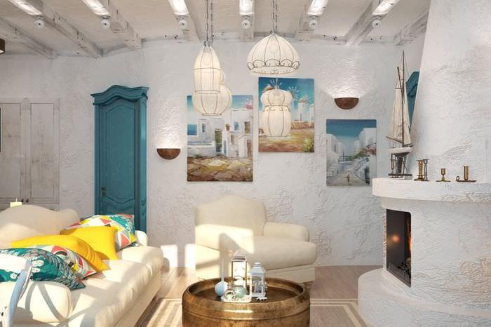 Триптих из модульных картин на стене гостиной с камином