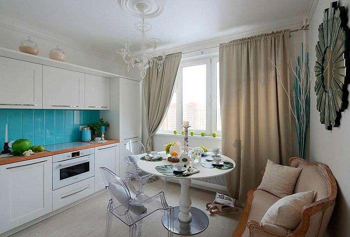 Интерьер кухни-гостиной в 18 квадратов с диваном