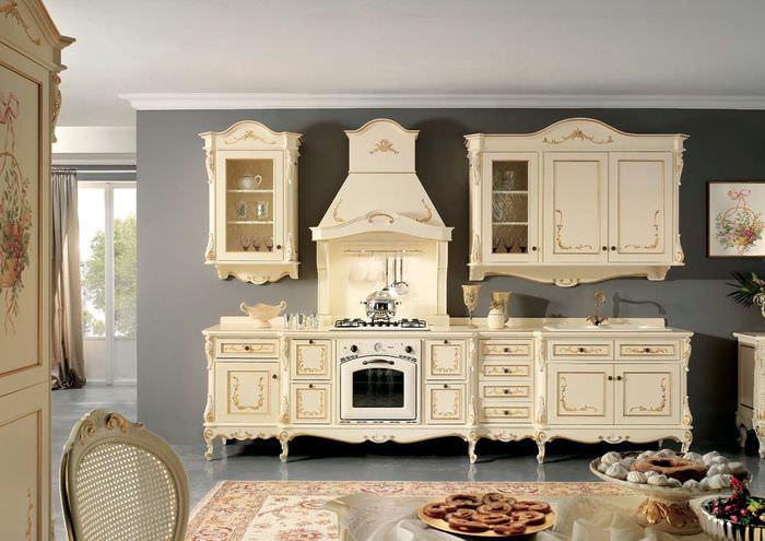 Кухонный гарнитур из натурального дерева в стиле барокко