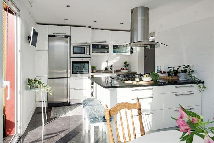 Белая линейная кухня с полуостровом