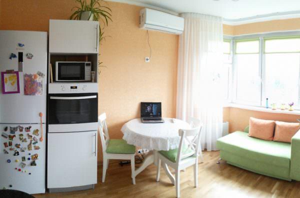 Небольшой обеденный столик на кухне двухкомнатной квартиры