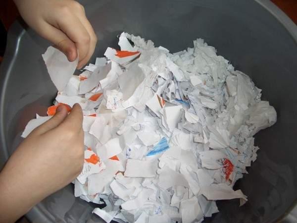 Разрываем бумагу на мелкие кусочки для декора рамки