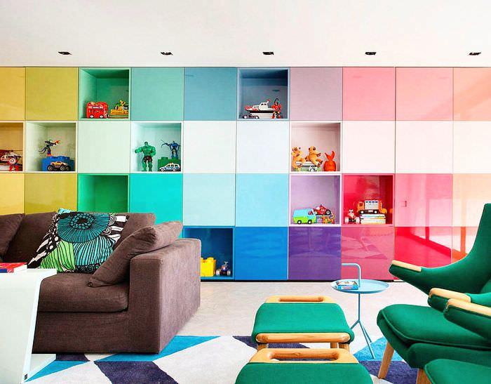 Яркая мебель в гостиной стиля экспрессионизм
