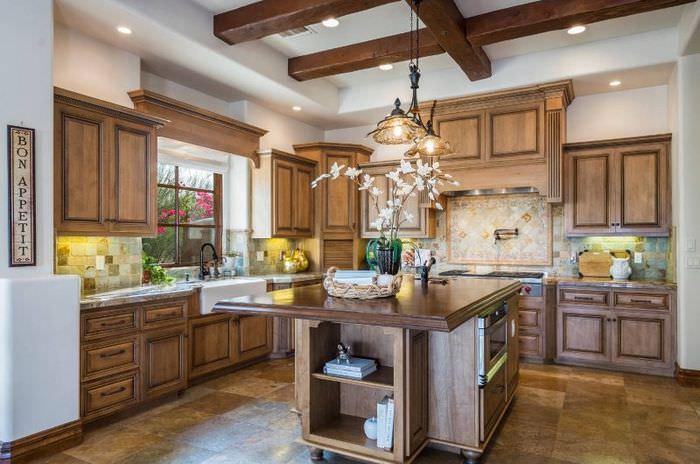 Красивая кухня с деревянной мебелью