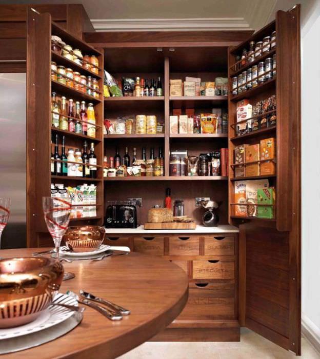 Деревянный шкаф в кухонной кладовке
