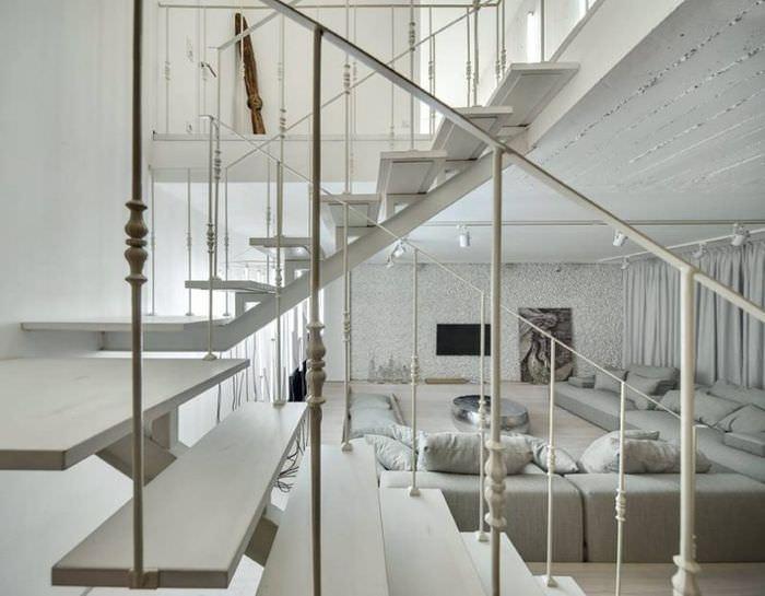 Металлические перила междуэтажной лестницы в городской квартире