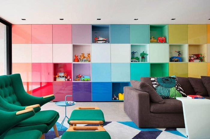 Модульная стенка из разнотонных кубиков в гостиной комнате