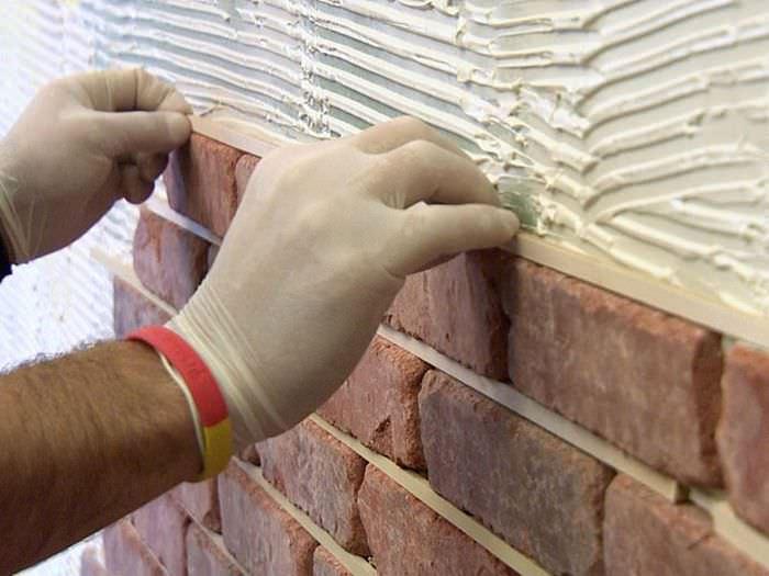 Монтаж декоративных кирпичиков на стену своими руками