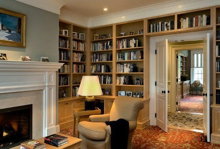 Дизайн домашней библиотеки с камином