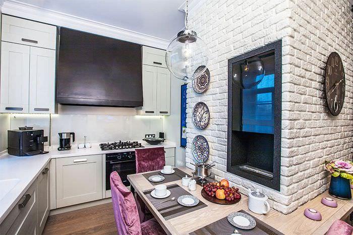 Зеркало на белой кирпичной стене кухни