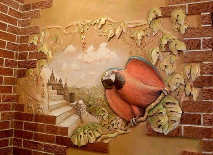Объемная картина с попугаем на стене прихожей