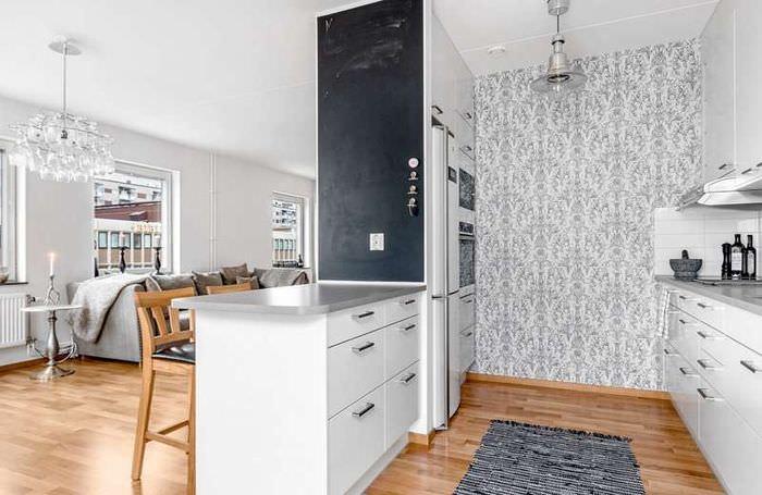 Бумажные обои на стене рабочей зоны кухни-гостиной