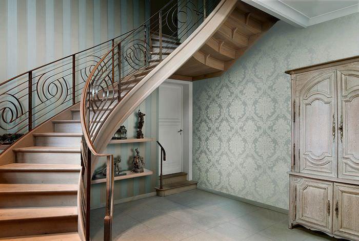 Сочетание разных орнаментов на обоях в холле частного дома